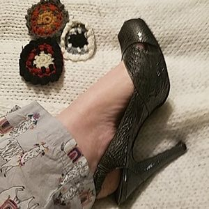 BCBG GIRLS dark grey guc peeptoe heels